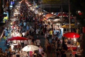 Mercado navideño nocturno en Chiang Mai