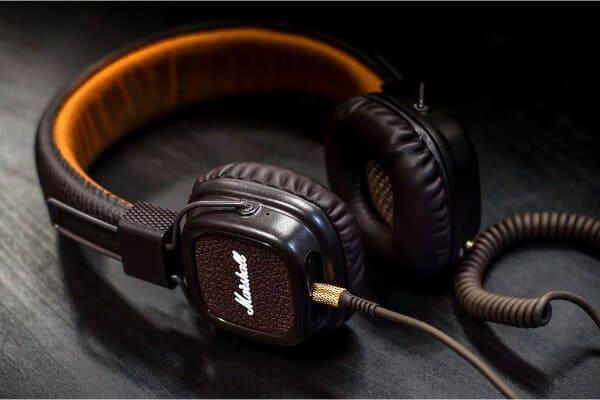 auriculares encima d euna mesa como gadget tecnológico