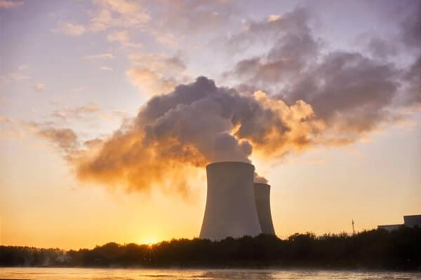 planta de energia nuclear echando mucho humo