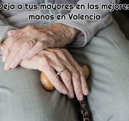 imagen-de-las-manos-de-una-persona-mayor-sujetando-un-baston