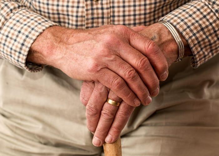 la imagen de la edad reflejada en unas manos