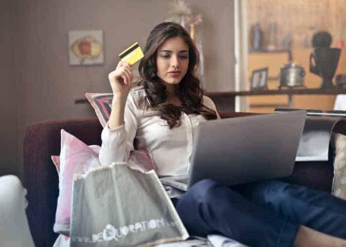 chica gastando dinero comprando en tienda online