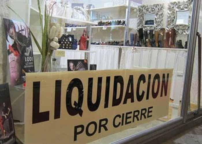 tienda de calzado con cartel de cierre