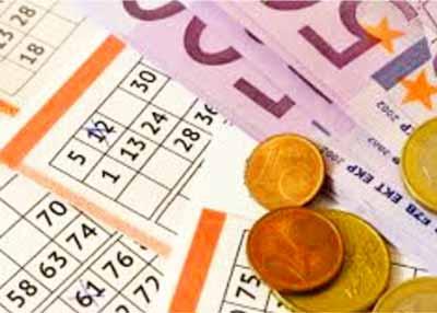 monedas y billetes de una persona que va a echar la quiniela en una administracion