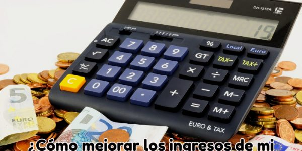 calculadora rodeada de billetes
