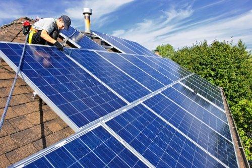 Trabajador colocando placas solares